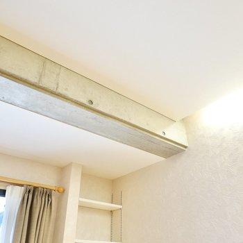 天井に少しだけ現れたコンクリートの躯体が空間のアクセントに。