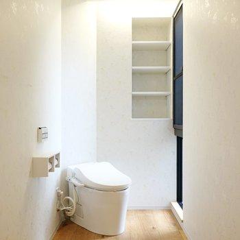 左側にはタンクレストイレ。横からの光が陰影を生み、アートのような非日常感のある空間に。