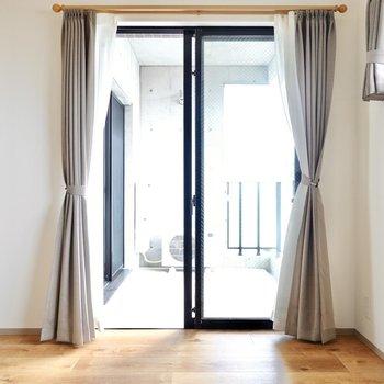 ドア側の窓はバルコニーへと通じています。