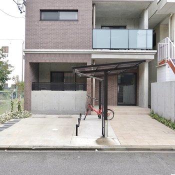 エントランス前には駐車場と駐輪場。共用部も綺麗だと家族でも住みやすいですね。