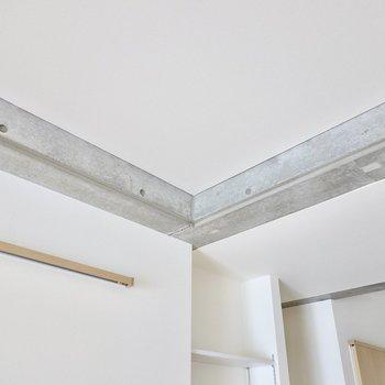 天井には少しだけコンクリートの躯体が顔をのぞかせています。