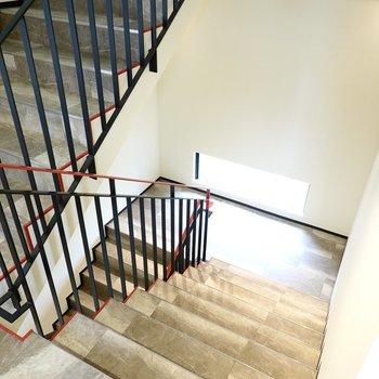 エレベーターはありませんがかなりゆとりのある階段なので家具搬入も普段の上り下りも心配ありません。