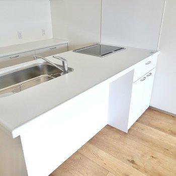 LD側はカウンターとしても使えます。収納もあるのでよく使う食器類はこちらにしまうと便利。