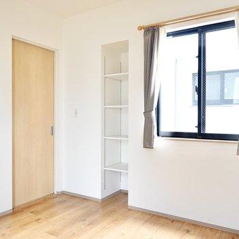 ドア側には窓と可動棚があります。