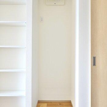 冷蔵庫置場は西の壁側に。