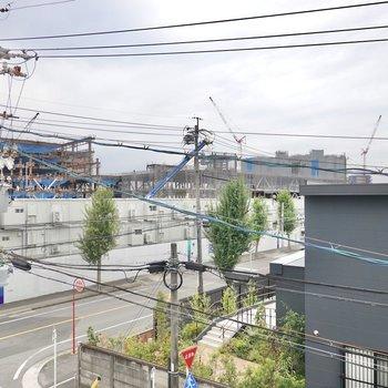外には近くの公園と建設中の建物が見えます。