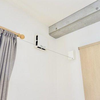 窓の前には収納できる部屋干し用のワイヤーが。浴室乾燥機と併用できますね。