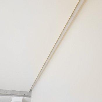 壁を照らすコーニス照明があります。通電したらホテルのような華やかさになりますよ。