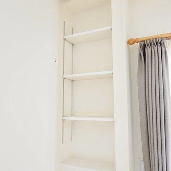 窓際の可動棚は見せる収納に。