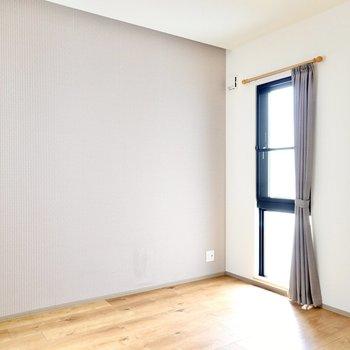 もうひとつの洋室は5帖ほど。先程とはアクセントクロスのカラーが違います。