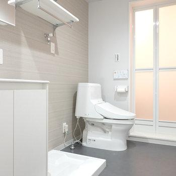 脱衣所はモノトーンで居心地の良い3点セット。(※写真は1階の反転間取り別部屋のものです)
