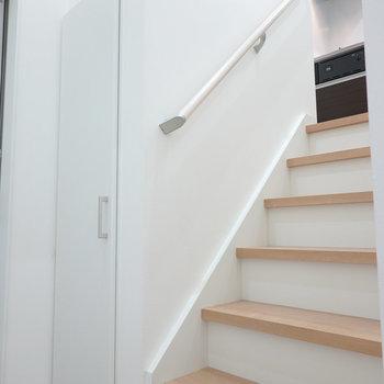 玄関脇の階段で2階へ。(※写真は1階の反転間取り別部屋のものです)