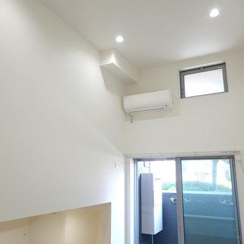 高い天井にダウンライト照明!天窓もあり、自然光だけでも意外と明るい。(※写真は1階の反転間取り別部屋のものです)