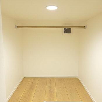 奥にはハンガーパイプ付きの収納スペース。(※写真は1階の反転間取り別部屋のものです)