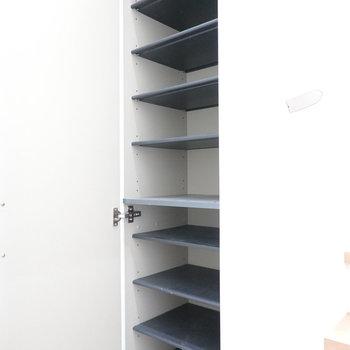 靴箱は上の棚に手が届くか心配なほどの高さ!(※写真は1階の反転間取り別部屋のものです)