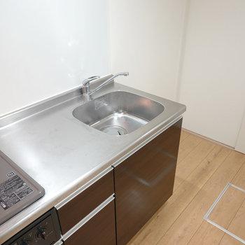 ワークトップは使いやすい広さ。冷蔵庫スペースは右手に。(※写真は1階の反転間取り別部屋のものです)