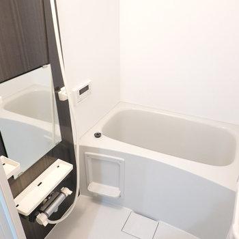 棚付き・追焚つきの落ち着けそうなお風呂。(※写真は1階の反転間取り別部屋のものです)