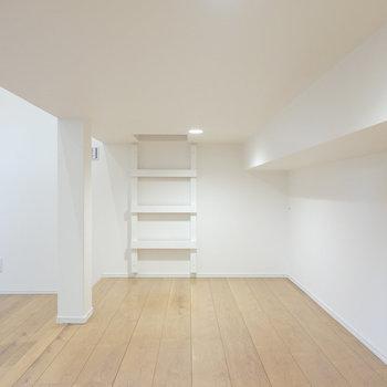 壁一面に本棚を並べたり、ハンガーラックで洋服を飾ったり。奥のハシゴは…?(※写真は1階の反転間取り別部屋のものです)