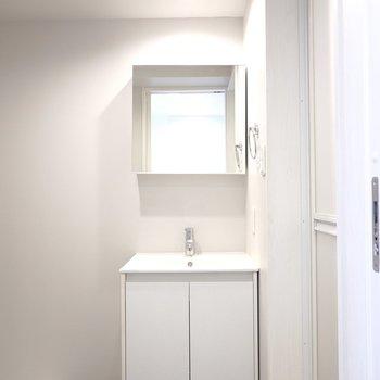 脱衣所に入ると正面に、気分の上がるホテルライクな洗面台が…!(※写真は2階の同間取り別部屋のものです)