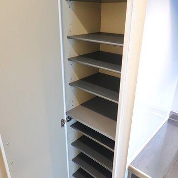 靴箱は右の壁に。1段につきスニーカー1足ほどの大きさですが、棚の数は多いので10足ほど収納できそう。(※写真は2階の同間取り別部屋のものです)