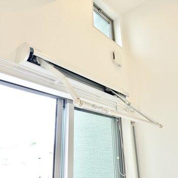 室内には折りたたみできる物干しがあるので、室内干しもできます◎(※写真は2階の同間取り別部屋のものです)