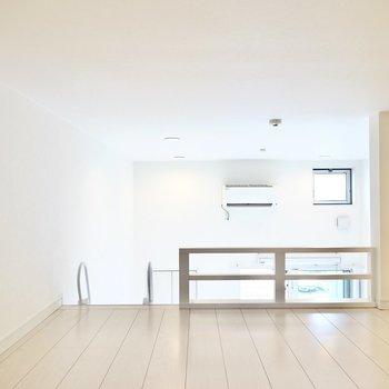 お部屋の両サイドに窓があり、エアコンも同じ高さにあるのでロフトでも熱気はこもりにくそう。(※写真は2階の同間取り別部屋のものです)