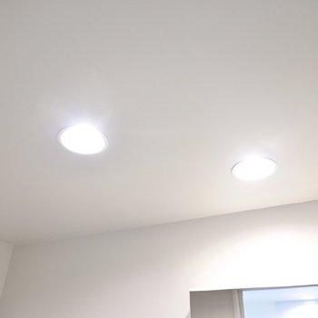 天井までグレーなのが◎照明も温白色のダウンライトで雰囲気が良い。(※写真は2階の同間取り別部屋のものです)