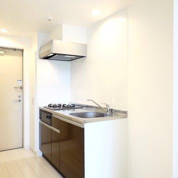 吊戸棚の無い開放的なキッチンです。右側はゆとりのあるキッチン家電置き場に。(※写真は2階の同間取り別部屋のものです)