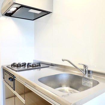 2口ガスコンロに、調理スペースもしっかりある自炊派に嬉しい仕様。(※写真は2階の同間取り別部屋のものです)