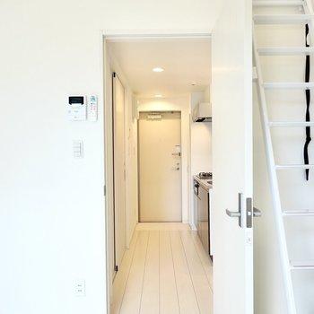 ドアを開けて右手にキッチン、左手に脱衣所。(※写真は2階の同間取り別部屋のものです)