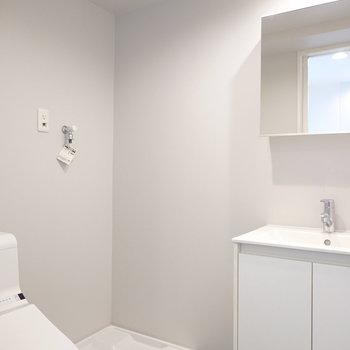 その隣には洗濯機置場。脱衣所全体を包む、グレーの壁がなんとも素敵…(※写真は2階の同間取り別部屋のものです)