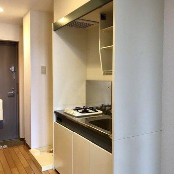 キッチンはコンパクトです。※写真は2階の同間取り別部屋のものです