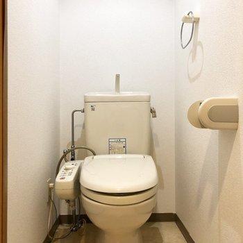 温水洗浄付きのトイレ。※写真は2階の同間取り別部屋のものです