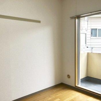 壁面収納に使えそうな長押。※写真は2階の同間取り別部屋のものです
