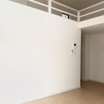 洋室は4.4帖。天井が高いので窮屈感はあまりありません◎