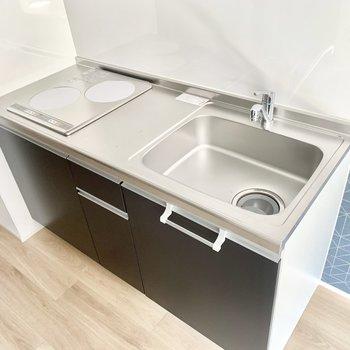 2口コンロキッチン、調理スペースは狭めです。