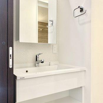おしゃれなデザイン洗面台で気分が明かります♪