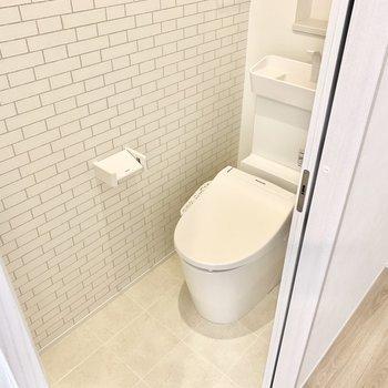 トイレはウォシュレット付き。それにしてもクロスがかわいい……。