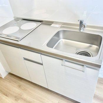 2ロコンロのキッチン、調理スペースは狭めです。
