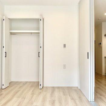 ベッドも置ける広さ。両開きのクローゼットが付いています!
