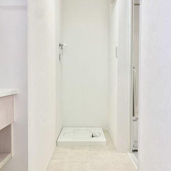 洗面所の奥に洗濯機置き場。