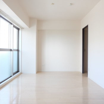 白ベースの空間。どんな家具でも似合います(※写真は9階の同間取り別部屋のものです)