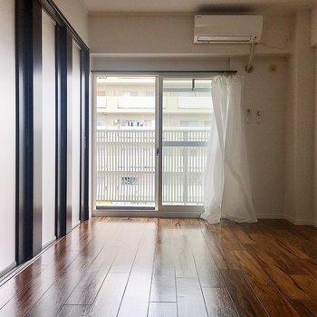 【洋室6.2帖】こっちにもエアコンがあるので閉めても快適です。