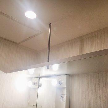 上部にはタオルなど置けそうな棚があります。