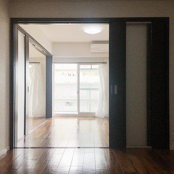 【洋室6.1帖】こっちもスライドドアを開けておけば開放的。寝る時は閉めても◎