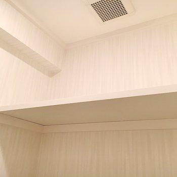 上部には収納棚があります。