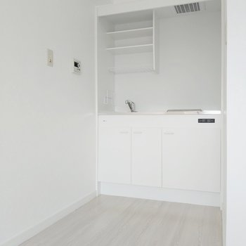キッチン横に冷蔵庫も置けます。(※写真は8階の同間取り別部屋のものです)