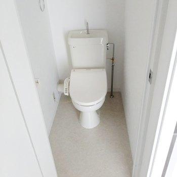 トイレはウォシュレット付き!広めです◎(※写真は8階の同間取り別部屋のものです)