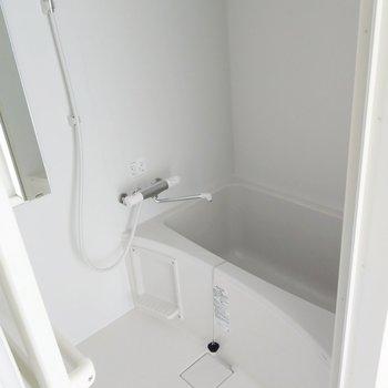 お風呂はサーモ水栓!物干し竿もついています。(※写真は8階の同間取り別部屋のものです)
