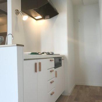 白キッチンに可愛らしい木の取っ手がついてます※写真は前回募集時のもの